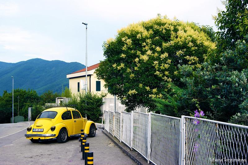 Машина, припаркованная перед зданием
