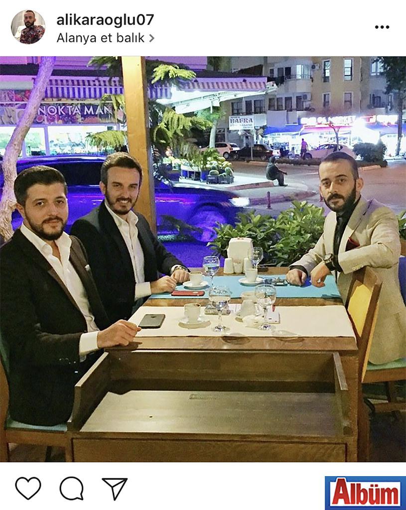 Ali Karaoğlu, yakın dostları Fatih Kalan ve Alper Kiriş ile birlikte katıldıkları düğün töreninden sonra kahve eşliğinde sohbet ettiler.