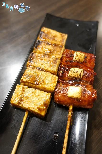 【新北美食】新開幕串燒吧!火鳥 平價串燒-百頁豆腐厚實.份量十足只要20元,另有干貝、烤蝦、烤魚及各式串燒。暖暖美食/碇內美食 @J&A的旅行