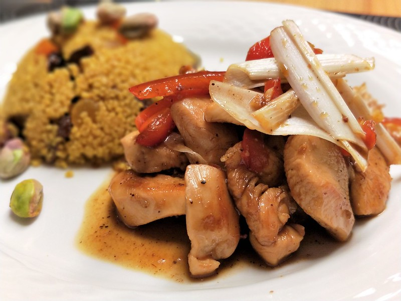 Marokkanischer Couscous mit scharfen Hühnerstreifen
