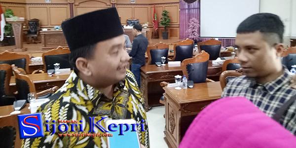 Ketua DPD II Golkar Tanjungpinang, Ade Angga, memberikan ucapan selamat kepada Syahrul sebagai Ketua DPD Grindra Kepri