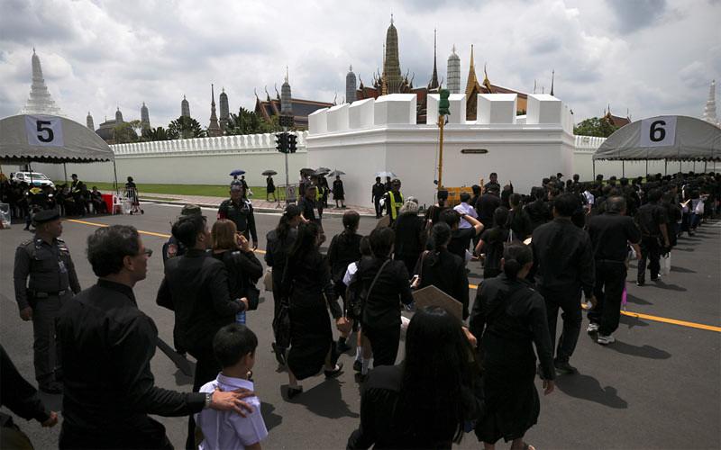 Para warga pelayat berbaris untuk menghormati Raja Thailand Bhumibol Adulyadej dekat Istana Kerajaan (Grand Palace) di Bangkok, Thailand, Kamis (5/10/2017).