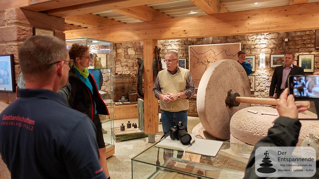 Arnold Jung führt durch das Beerenweinmuseum Eulenbis
