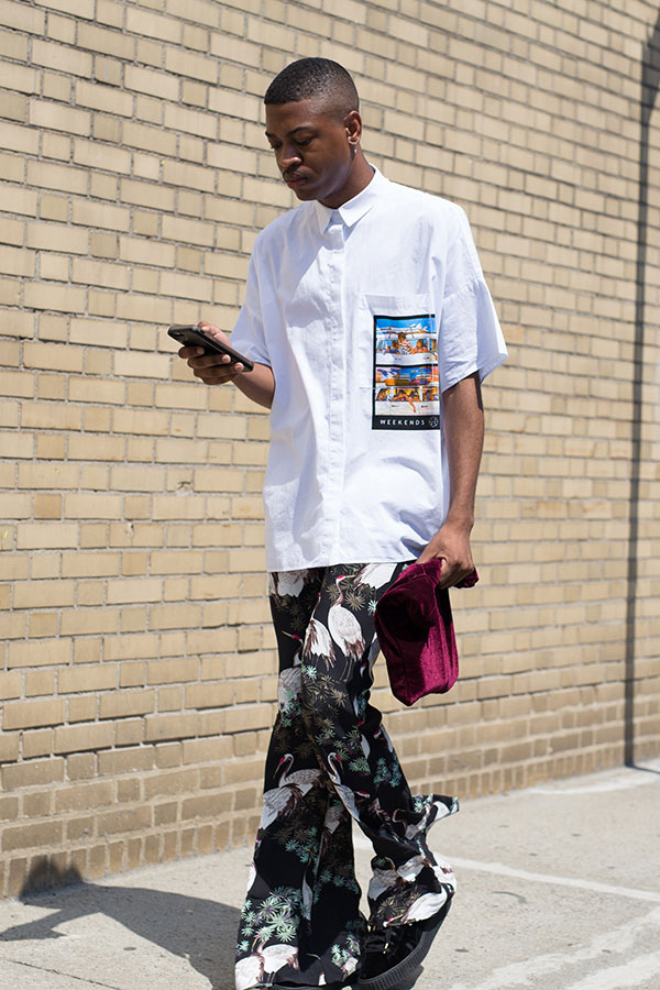 白半袖シャツ×黒系柄フレアパンツ×黒スニーカー