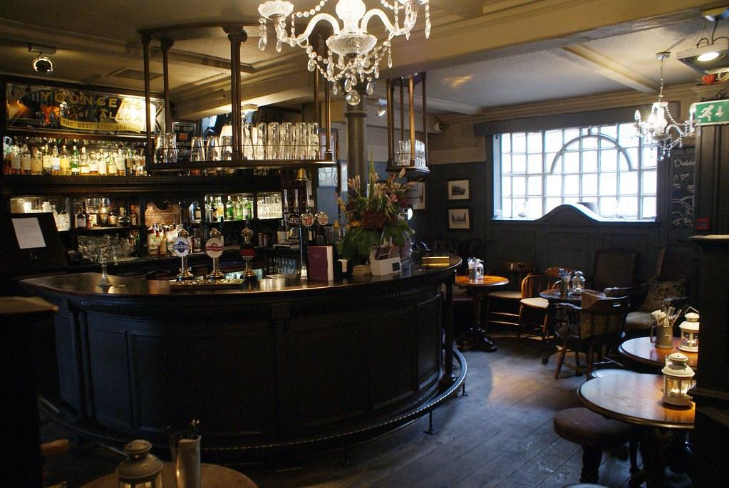 A l'intérieur du pub The Sheep Heid Inn à Edimbourg.
