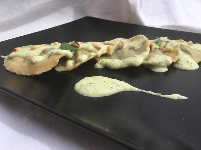 Raviolis de pasta fresca rellenos de espinacas y roquefort con salsa de calabacin