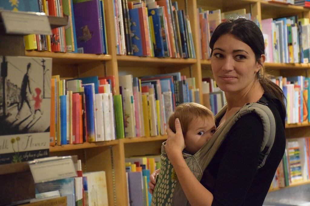 Comiendo en la mochila. Visitando una librería en Nueva York embarazada de cuatro meses y medio.