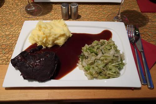 Ochsenbäckchen in Rotweinsoße zu Kartoffelstampf und Spitzkohl (mein Teller)