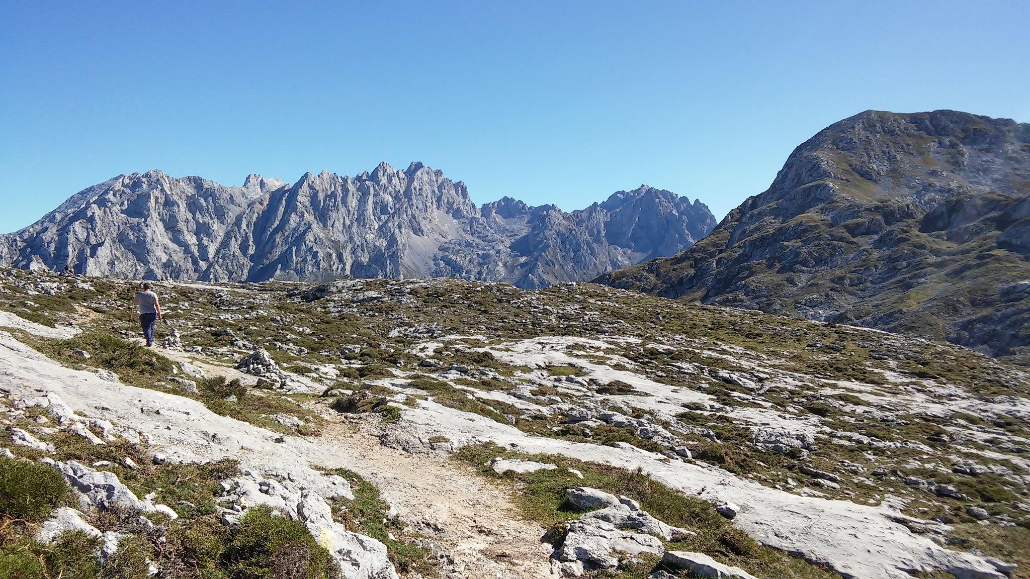 Al fondo, macizo central de los Picos de Europa, los Urrieles. A la derecha, el pico Jultayu