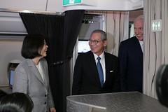 10.27 總統抵達美國檀香山,我駐美國代表處大使高碩泰及「美國在臺協會」(AIT)主席莫健(James Moriarty)登機歡迎蔡總統下機