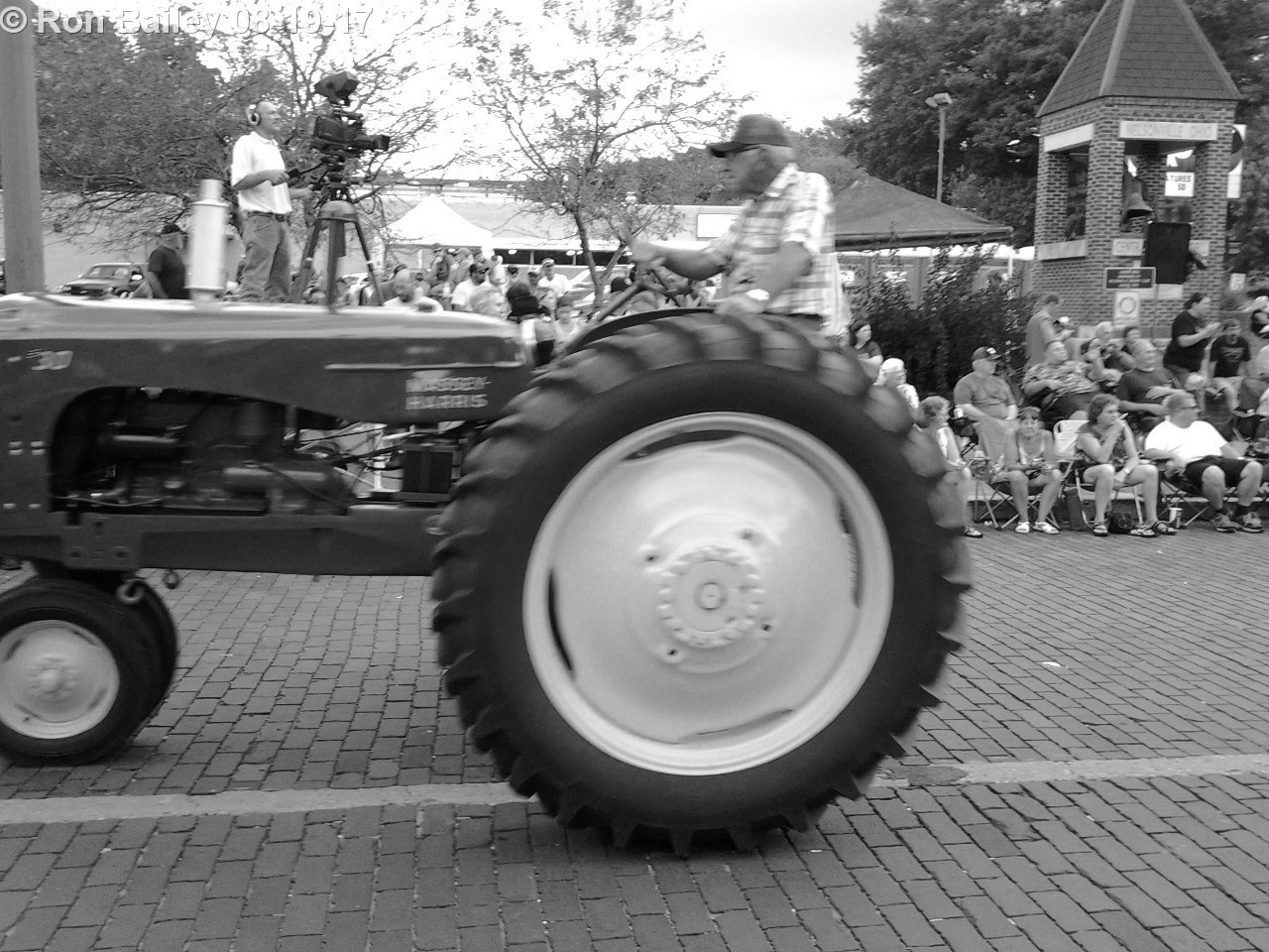 Parade of the Hills 2017 - Grand Parade BW 8-19-2017 7-15-31 PM