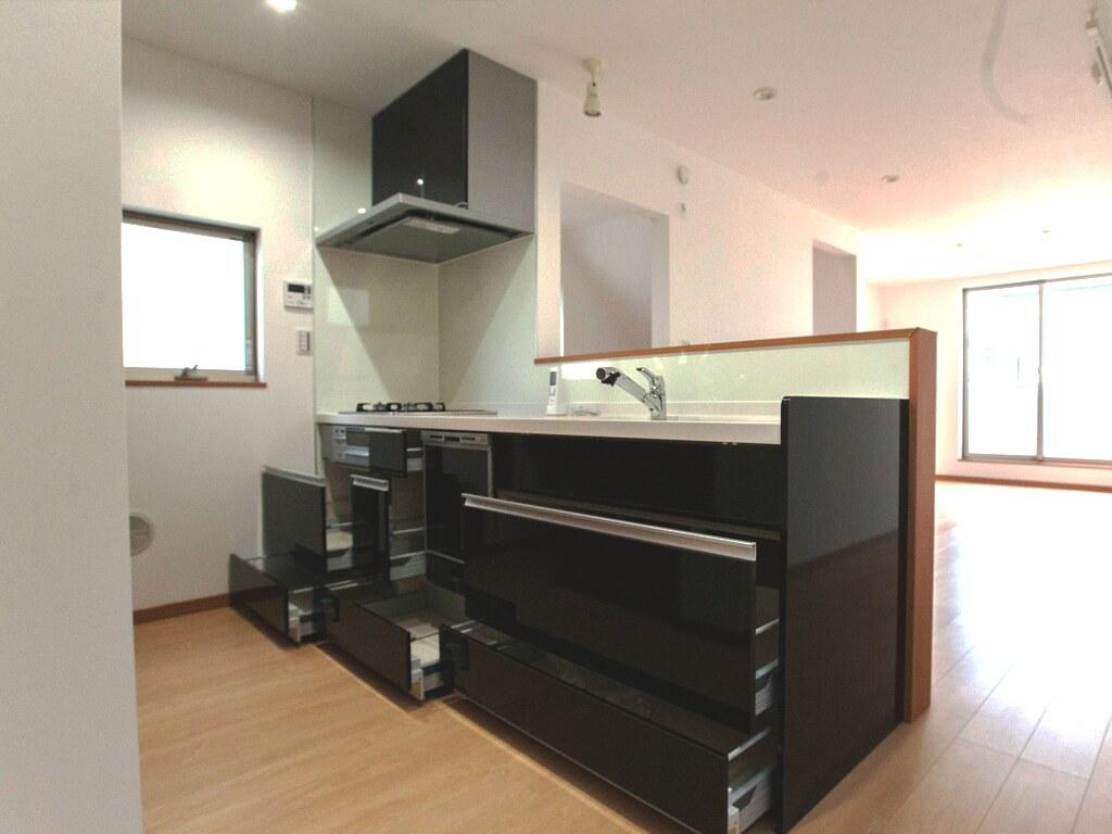 システムキッチンの収納を開放