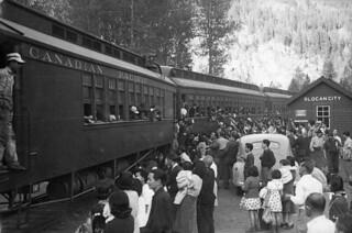Japanese-Canadians board a train at Slocan City, British Columbia / Canadiens d'origine japonaise montant à bord d'un train, Slocan (Colombie-Britannique)