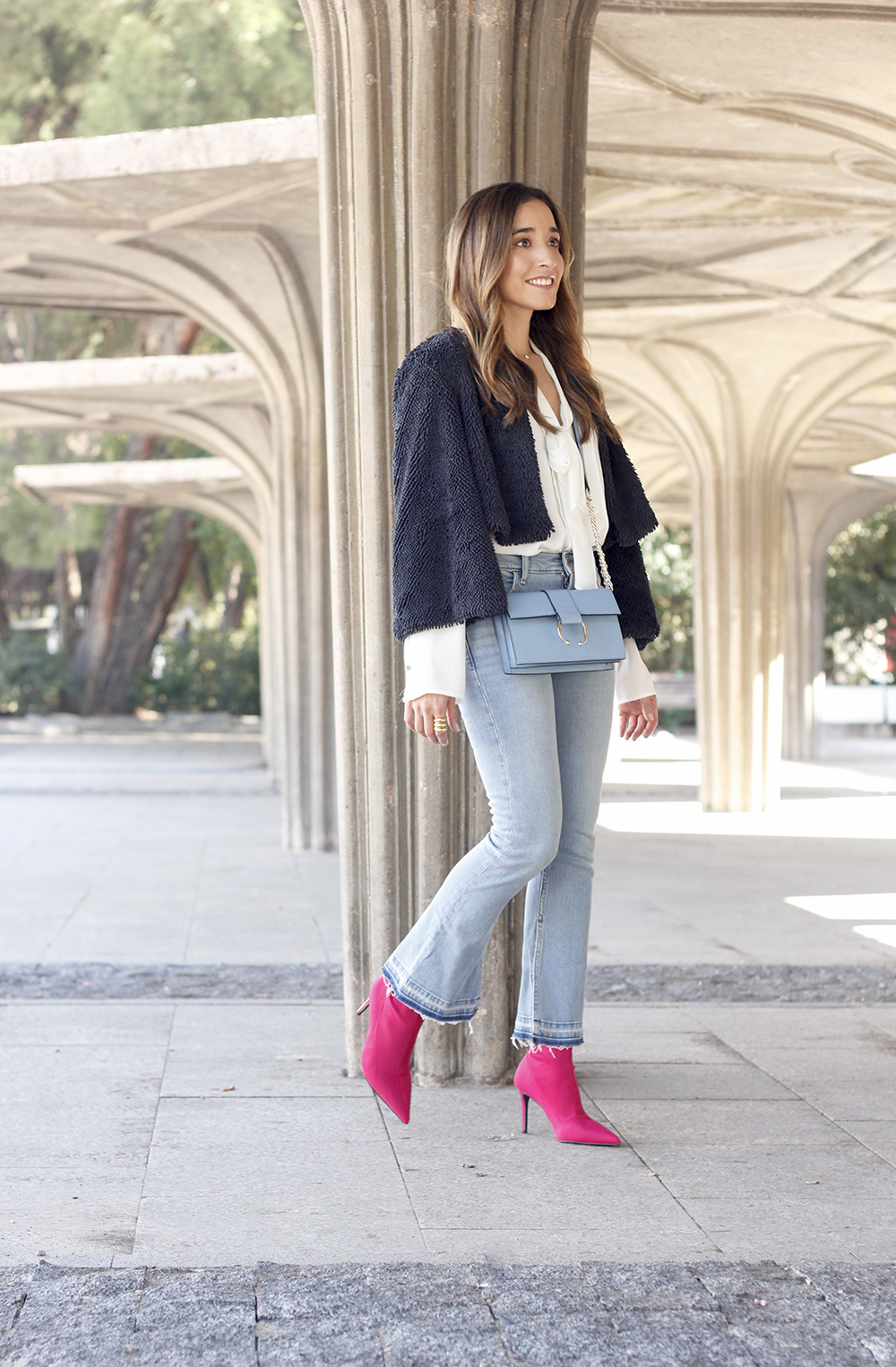 fucsia ankle boots flared jeans suede chaquet uterqüe white shirt outfit trend fashion04