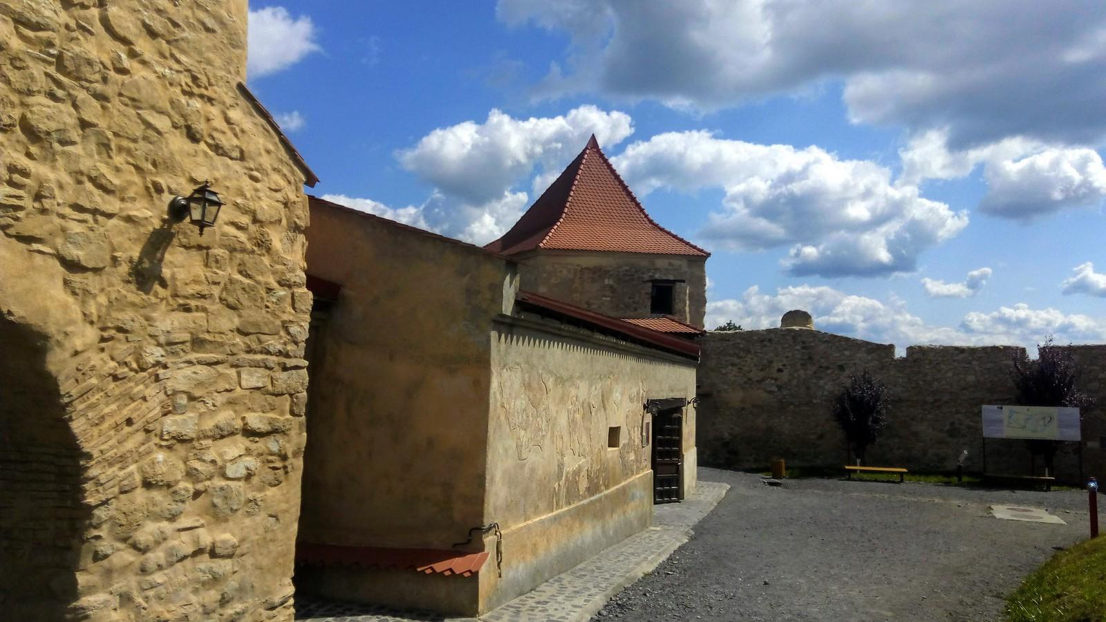 Ziduri si Turnuri in Cetatea Rupea