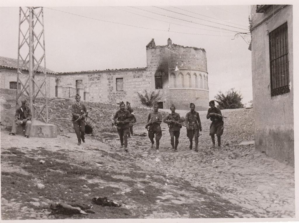 Tropas nacionales entran en Toledo junto al ábside del Hospital de San Lázaro. Colección Luis Alba