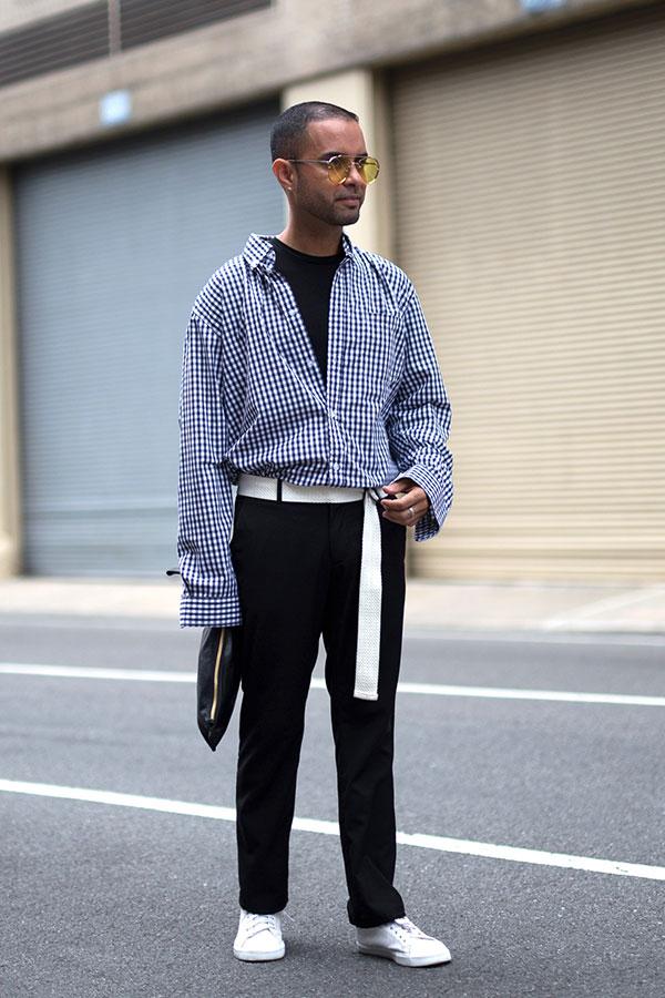黒ギンガムチェックシャツ×黒パンツ×白ローカットスニーカー