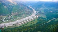 Lotnisko w Mestia z pokładu helikoptera.