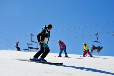Jak učit děti lyžovat: hlavně hrou!