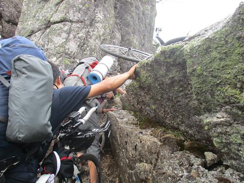 序盤の岩場は助け合って登っていた