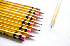 Gelbe Bleistifte vor gelbem Hintergrund