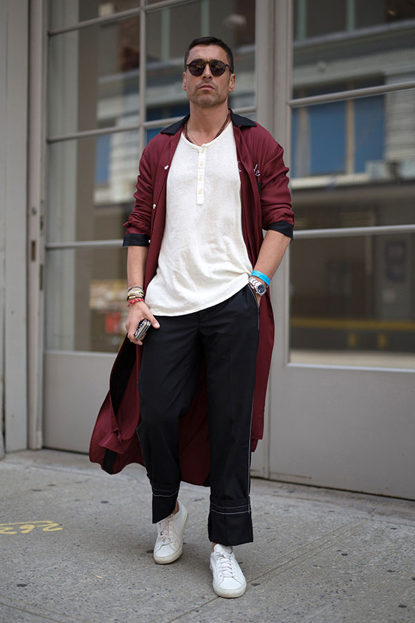 エンジロングコート×白ヘンリーネックTシャツ×黒パンツ×白ローカットスニーカー