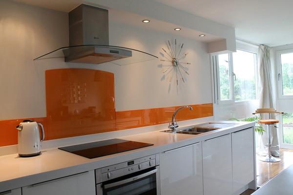 Mặt kính sáng và bóng, không bám bẩn, giúp công việc vệ sinh bếp trở nên dễ dàng hơn