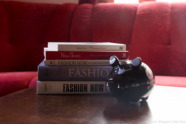 Kummalliset Tavat Blogihaaste bloggaaja muotikirjat katumuoti kirjallisuus kenkäkirjat säästöpossu musta
