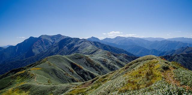 七ツ小屋山より谷川岳に連なる稜線