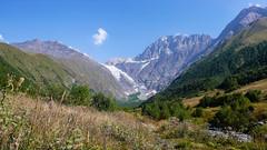 Widok z Koruldashi na Wakhushti 3395m, Nuam Kuam 4233m, lodowiec Koruldashi, Ailama 4547m i Curungal 3018m