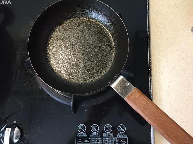 【手帖365】小泉誠玉子燒鍋 這也是生活中日日用到的小鍋,舉凡打顆蛋煎個荷包蛋、炒蛋、鬆餅、油煎紅龜粿、菜頭粿、草仔粿這類不需要動用到大鍋的食物,拿出這個小鐵鍋就搞定,因為是鐵鍋所以導熱快速,加上表面特意處理的凹凸設計,讓食物不容易黏鍋,而且本人已經跟各式鐵鍋相處出不少友誼與心得,所以這鍋一拿到就上手而且深得我心!最喜歡的地方還有柚木製的把手,就是這個木頭的部分讓我一見傾心! 對了,雖說它是玉子燒鍋,但是我反倒還沒拿它來煎過玉子燒(笑)! #生活手帖365