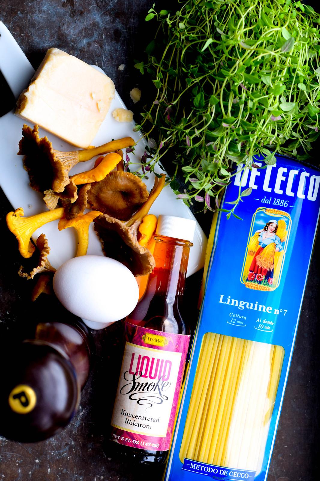 Kantareller, parmesan, ägg med skal, liquid smoke, linguine, färsk timjan fotade ovanifrån