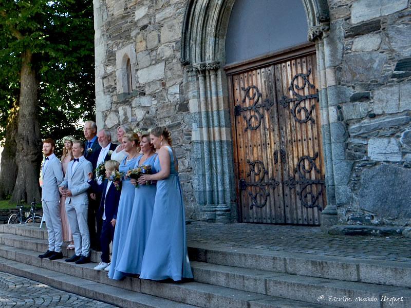 Entrada de la Catedral románica-gótica de Stavanger mientras se celebraba una boda
