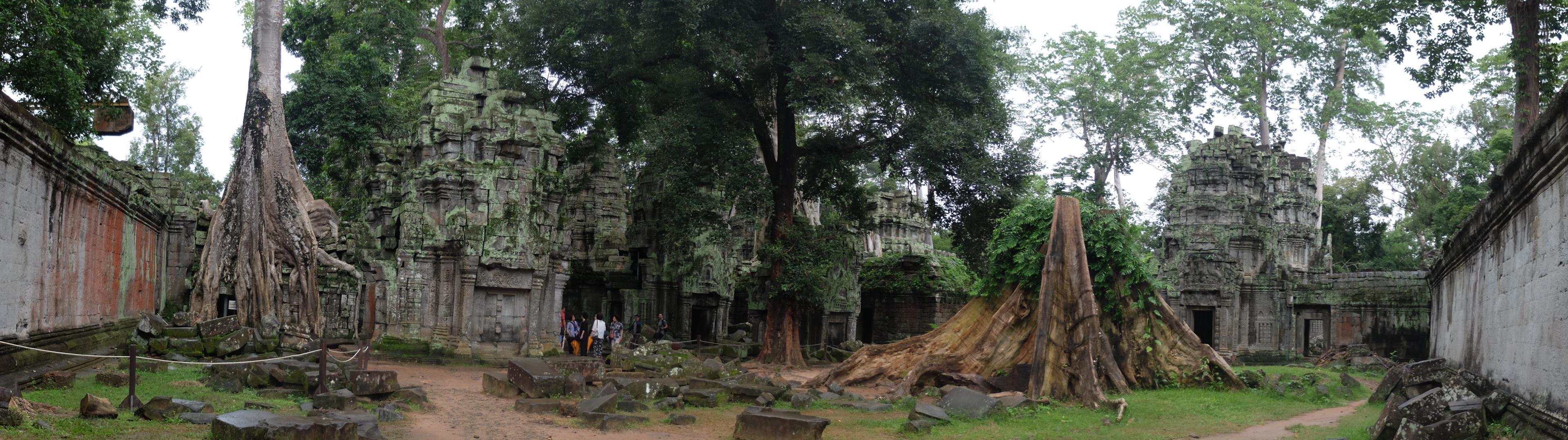 Templo en ruinas sumido en la jungla