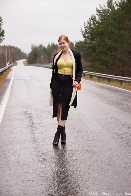 Guess Skirt Knitwear Croptop Fuzz Heels Furla Metropolis Bag Päivän asu Outfit styleblog