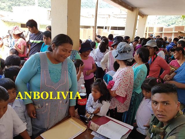 ESTUDIANTES DEL COLEGIO PEDRO DOMINGO MURILLO DE LA ASUNTA, YUNGAS RECIBEN EL BONO ESCOLAR