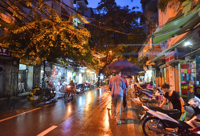 hanoi evening street eats rainy night