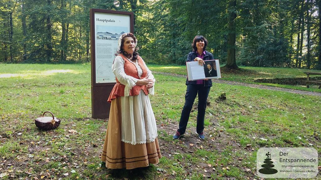 Hauptpalais Schloss Karlsberg: Kammerzofe Henrietta (li.), Kunsthistorikerin Dr. Jutta Schwan (re.)