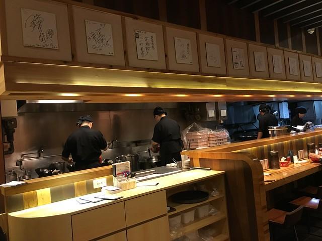 半開放式的廚房@一幻拉麵台北信義店