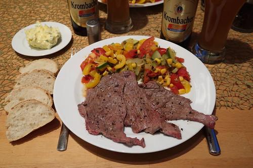 Hauchdünn geschnittenes Rindfleisch vom Grill mit Grillgemüse und Baguette