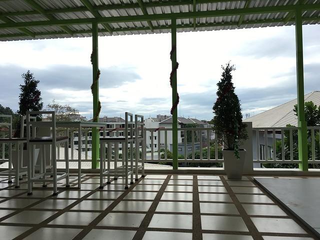 アオナンの宿のバルコニー。ここで朝食を食べる。すがすがしい。