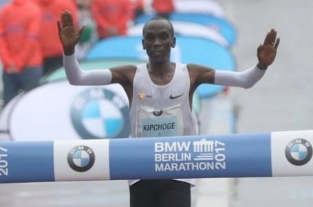 Světový rekord v maratonu odolal, Kipchogemu odpadli soupeři