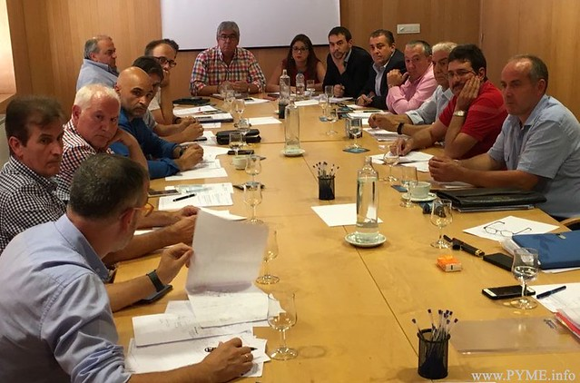 Instante de la reunión de la Junta Directiva de PECALE, junto a los representantes de la patronal nacional FENIE.