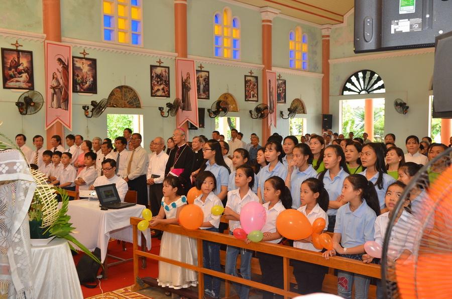 Đức Giám mục Giáo phận kinh lý và cử hành lễ Thánh Têrêxa, bổn mạng Giáo xứ Huỳnh Kim