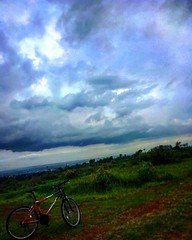 Cloudy Sunday. Yang terlihat di horizon itu kota Malang, :)
