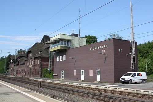 Empfangsgebäude und Stellwerk des Bahnhofs Eichenberg