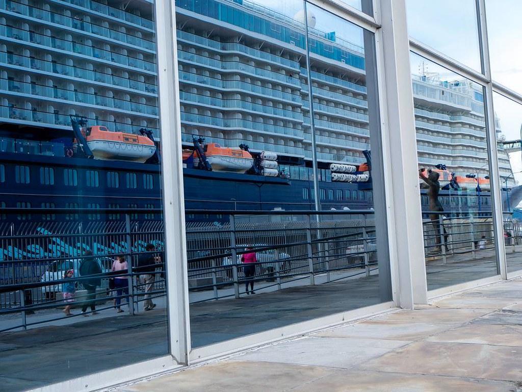 Reflejos coruñeses. #reflection #cruise #crucero #palexco #Coruña #olympusomd #photography