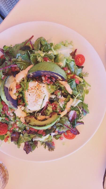 Burrata Salat mit gegrillter Avocado und Oliven Tartar