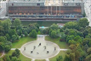 Le Marx-Engels Forum et le palais de la République en 2004 (Berlin)