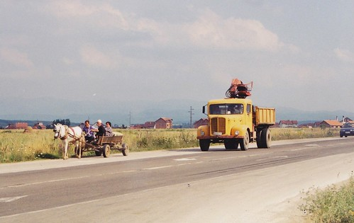 camion truck oldtruck vintagetruck lkw fap faptruck années90 kosovo people cheval horse charette yellowtruck 1999 jaune 10fav